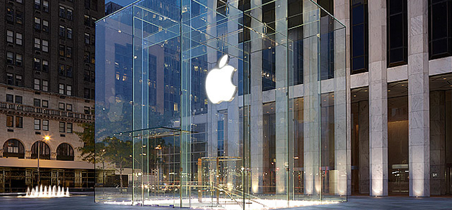 Sneeuwruimer breekt peperduur raam Apple Store New York, kosten 450.000 dollar